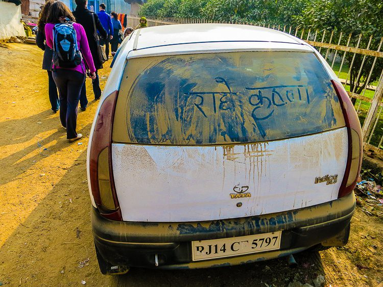 """Dirty car graffiti happens in other languages, too! Can anyone translate this? Does it say """"Wash me""""?"""