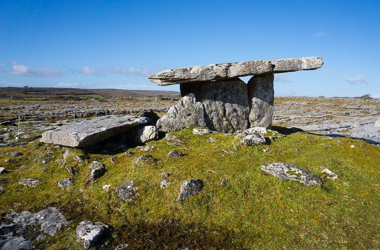 Burren: Poulnabrone, famous heap of rocks in Ireland
