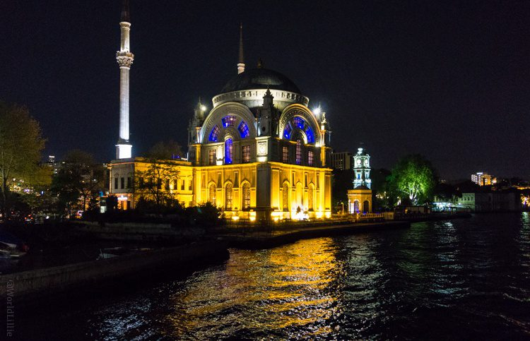 Zowie, Istanbul looks glamorous in the night water!