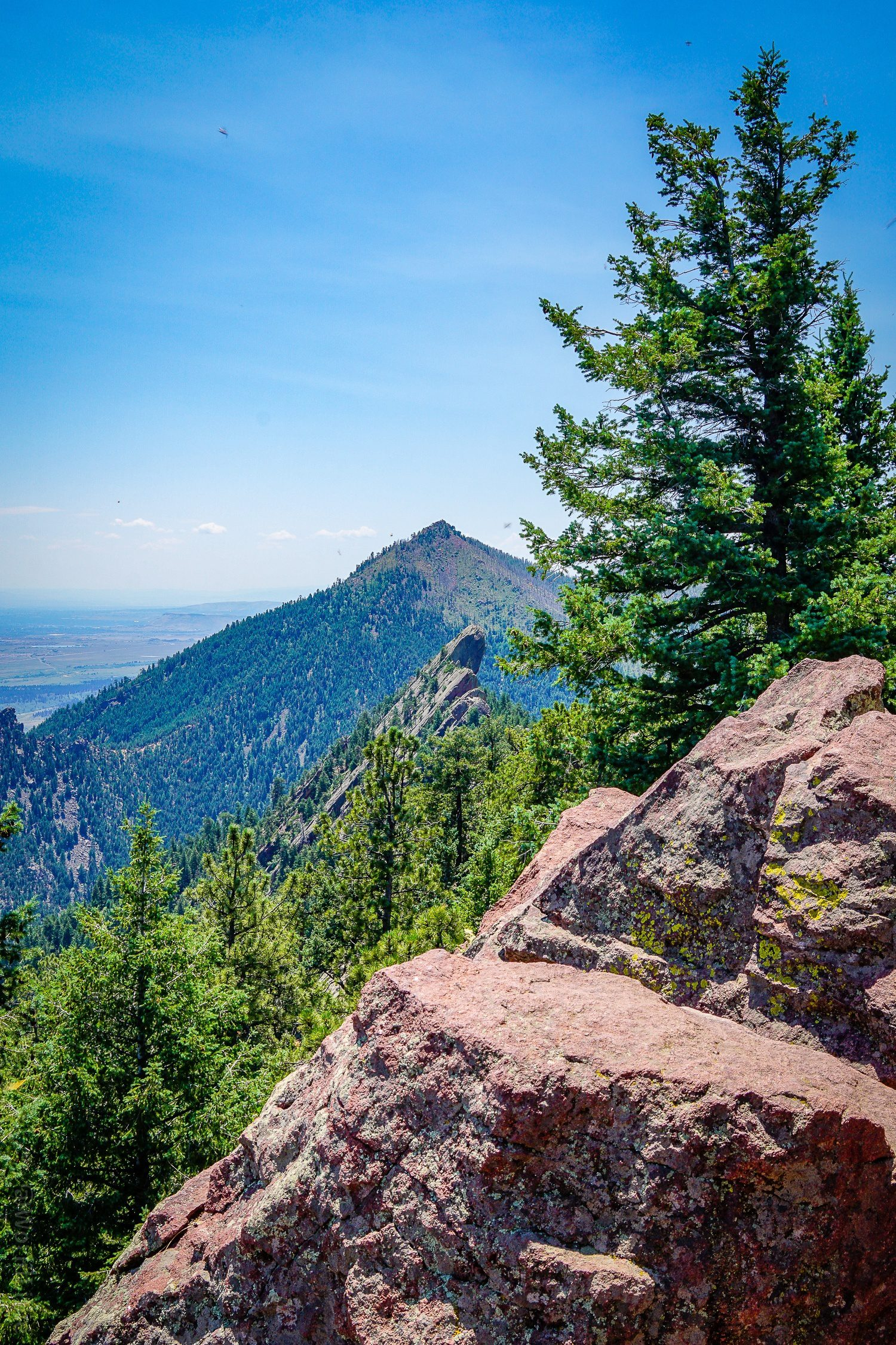 Boulder hikes overlooking the Flatiron Mountains
