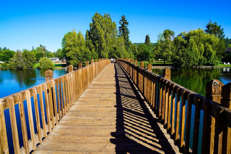 Wooden pedestrian footbridge Drake Park, Mirror Pond